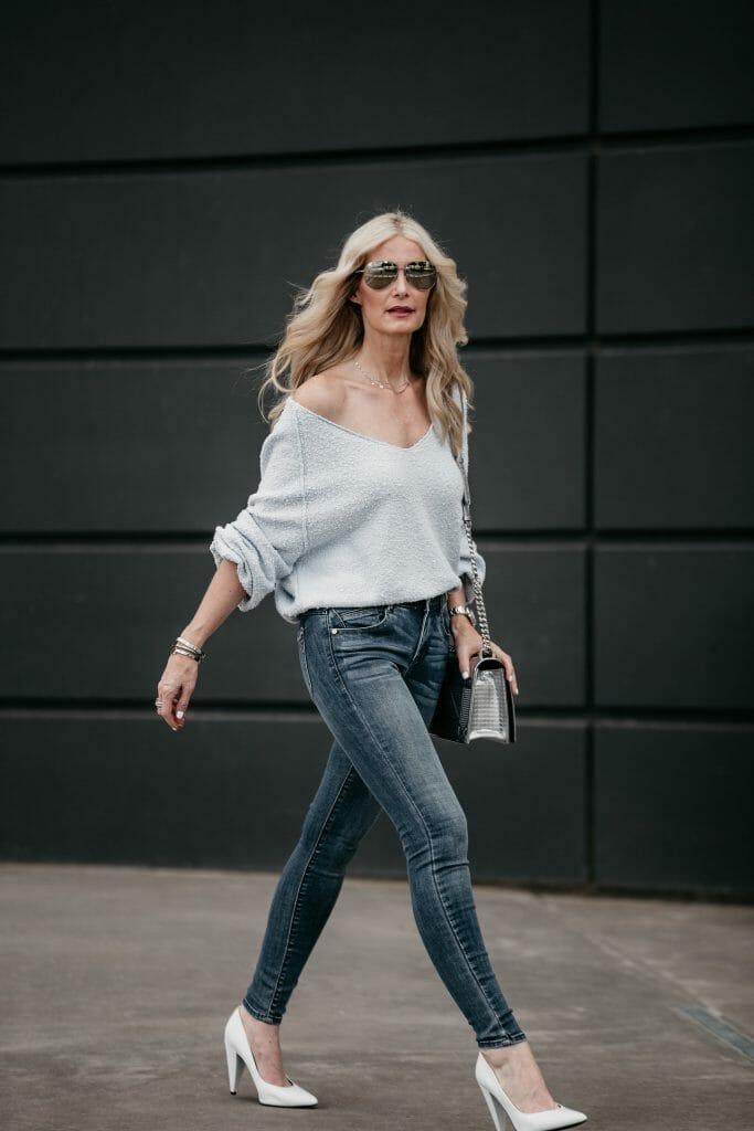 Dallas fashion blogger wearing blue skinny jeans