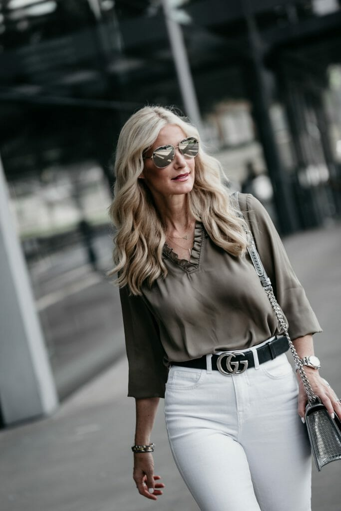 Dallas blogger wearing Gucci belt and white jeans