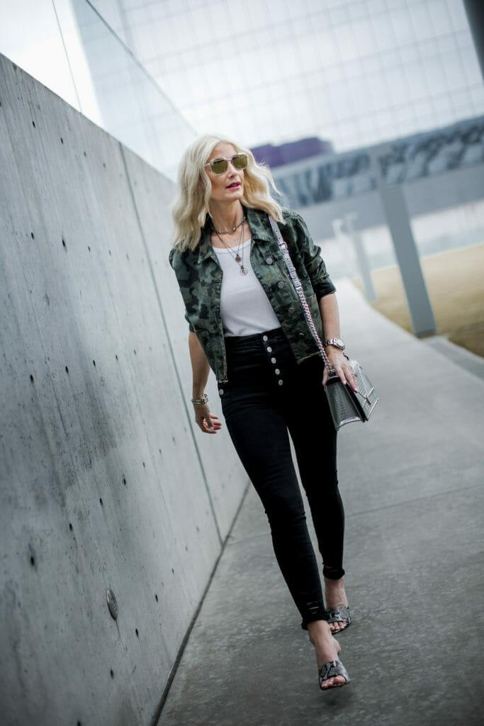Dallas fashion blogger wearing slimming black jeans
