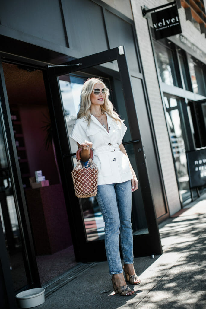 Dallas blogger wearing a white blazer and Moussy jeans