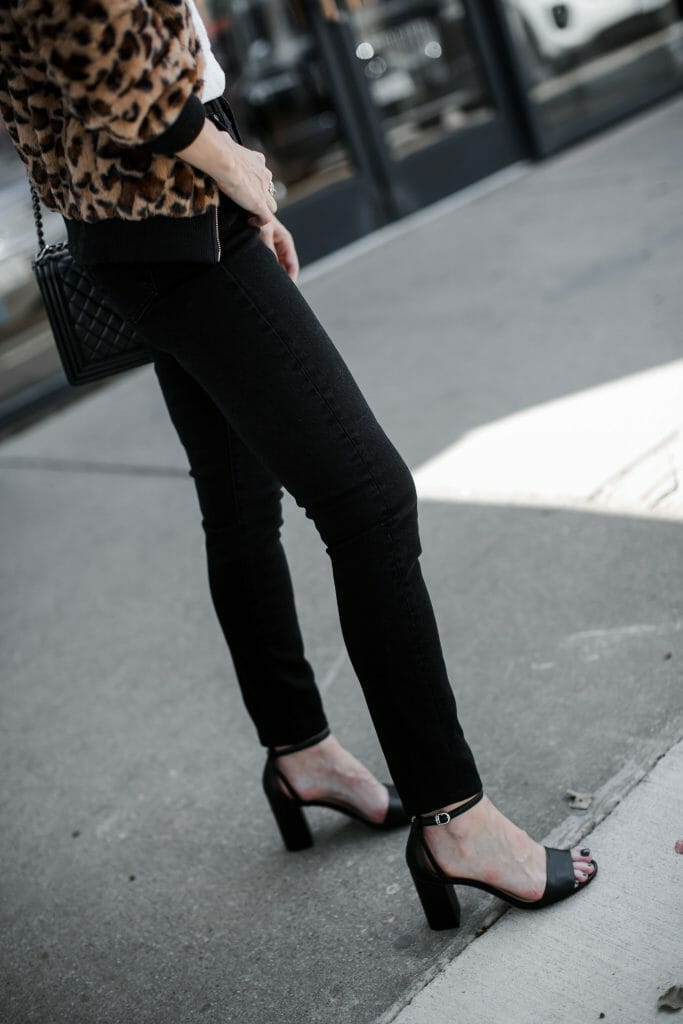Dallas style blogger wearing Sam Edelman heels and black skinny jeans
