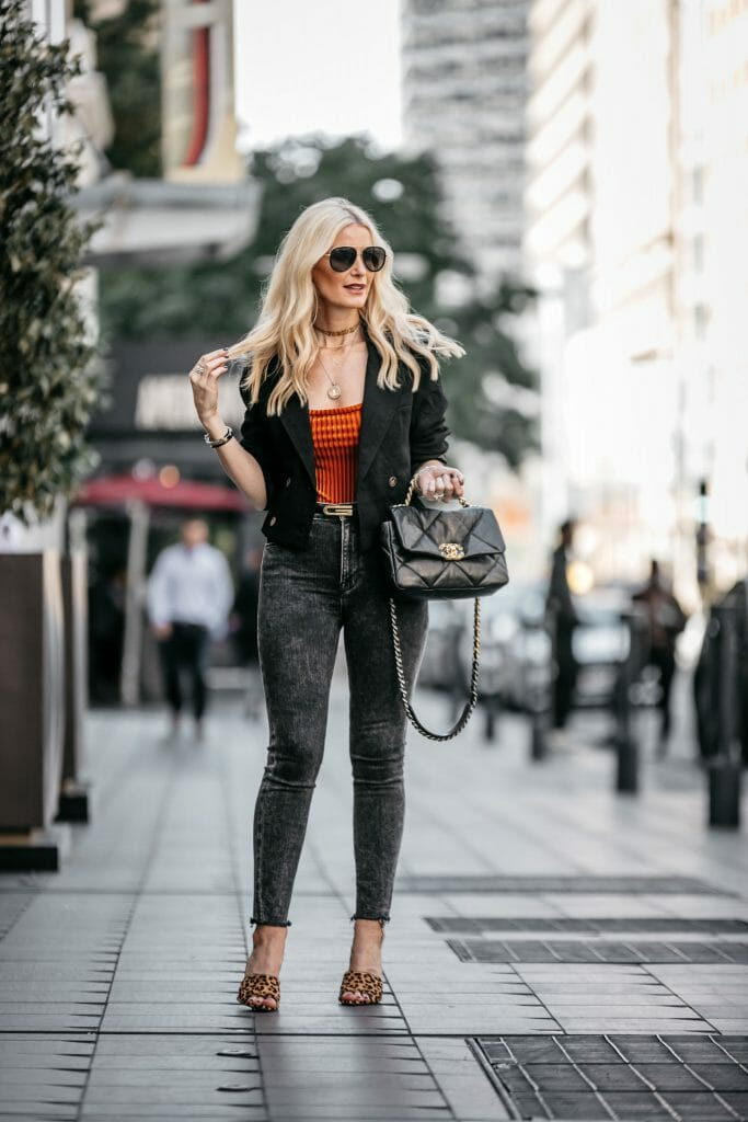 Dallas blogger wearing a black blazer and black jeans