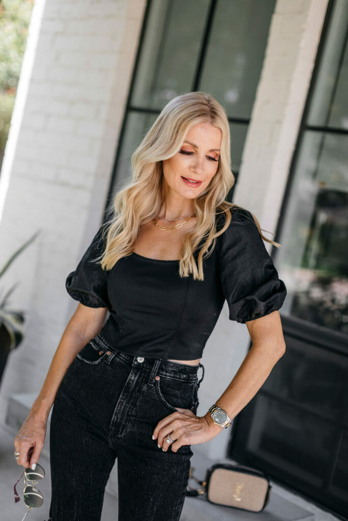 Dallas blogger wearing a black outfit in the summertime